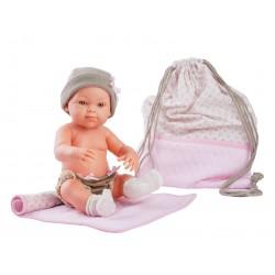 Nina con manta y bolsa